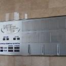 Стенд с электронным табло и карманами на дистанционных держателях.