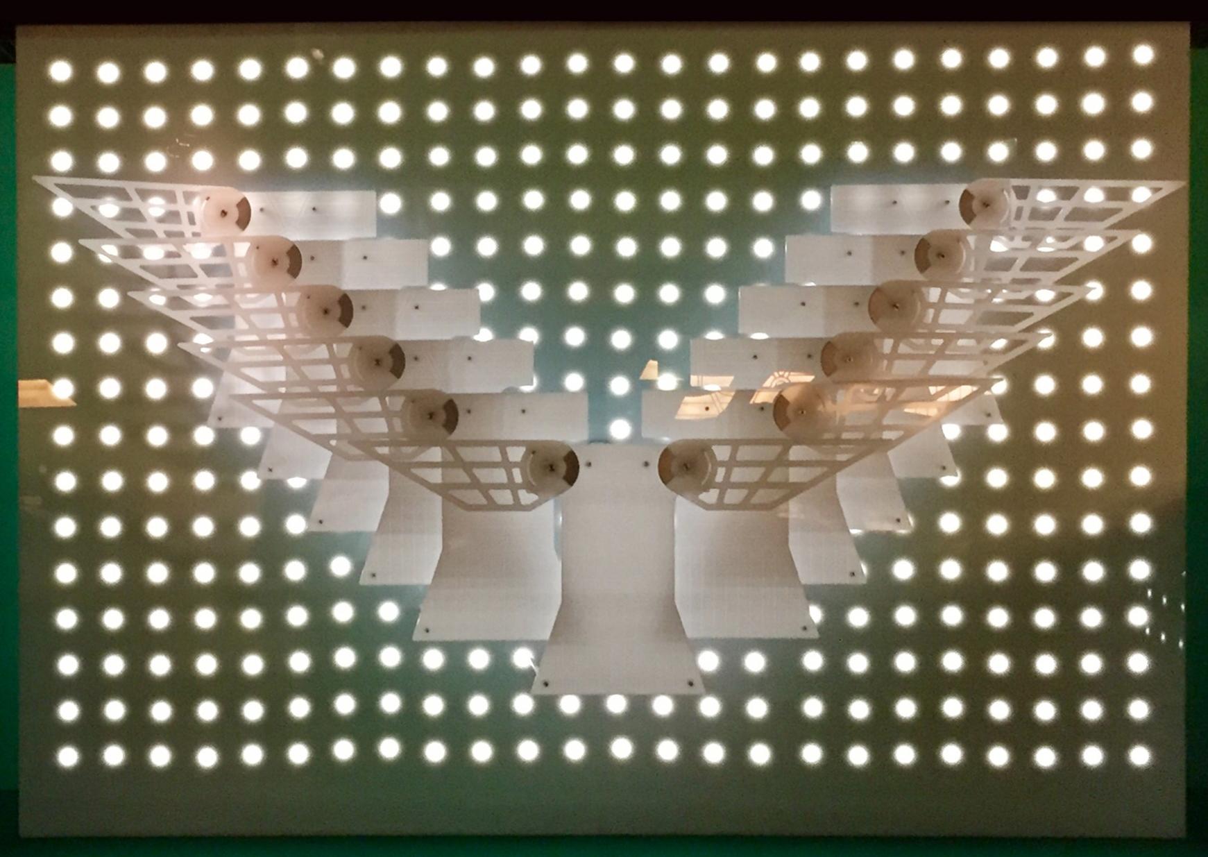 Инсталляция динамическая, имитирующая взмахи крыльев